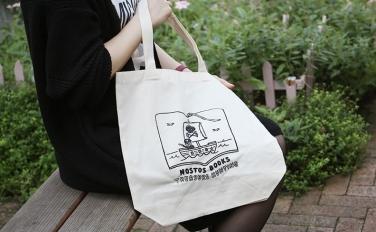 本屋に眠るお宝を探しに行こう。間弓浩司デザインのnostos booksオリジナルトートバッグ販売中!