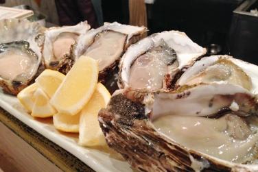 【マルショウ アリク】店主が築地で直接買い付けた新鮮な牡蠣とおばんざいを堪能。