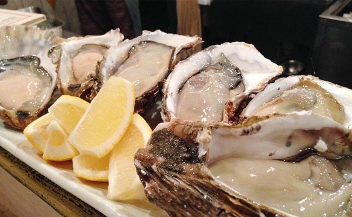 【牡蠣とおばんざい マルショウ アリク】店主が築地で直接買い付け。新鮮な牡蠣を堪能。