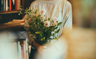日々、花の表情の移ろいを楽しむ。ふたつの月のスワッグ展開催