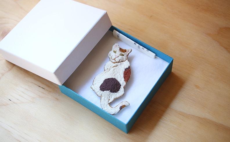 刺繍ブローチ ミケ | atelier grasshopper