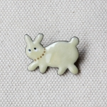MEDO × ハトホタテ エナメル(七宝焼)ブローチ | ウサギ ホワイト