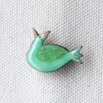 MEDO×ハトホタテ エナメル(七宝焼)ブローチ | 緑のハト