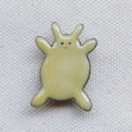 MEDO×ハトホタテ エナメル(七宝焼)ブローチ | ぷっくりウサギ