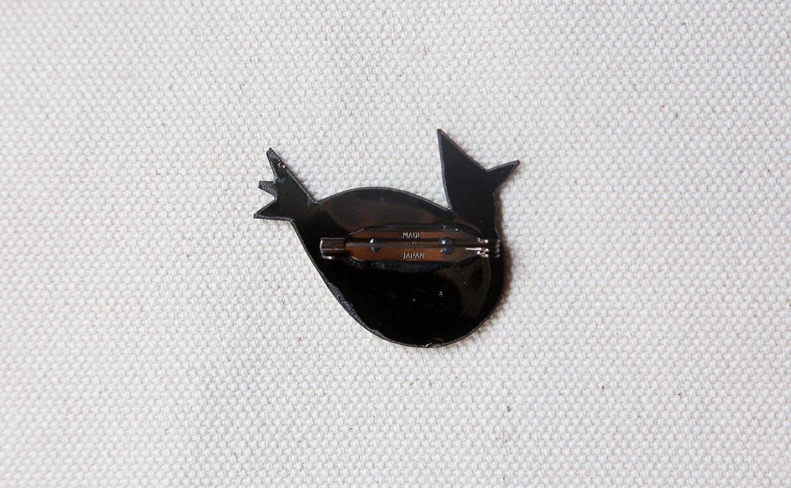 MEDO × ハトホタテ エナメル(七宝焼)ブローチ ニット着たトリ