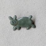 MEDO × ハトホタテ エナメル(七宝焼)ブローチ | ウサギ グレー